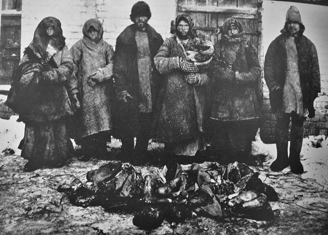 Cannibalism_russian_famine1921_6_peasants_bouzuluk_district_and_remains_of_humans_they_eatten.jpg