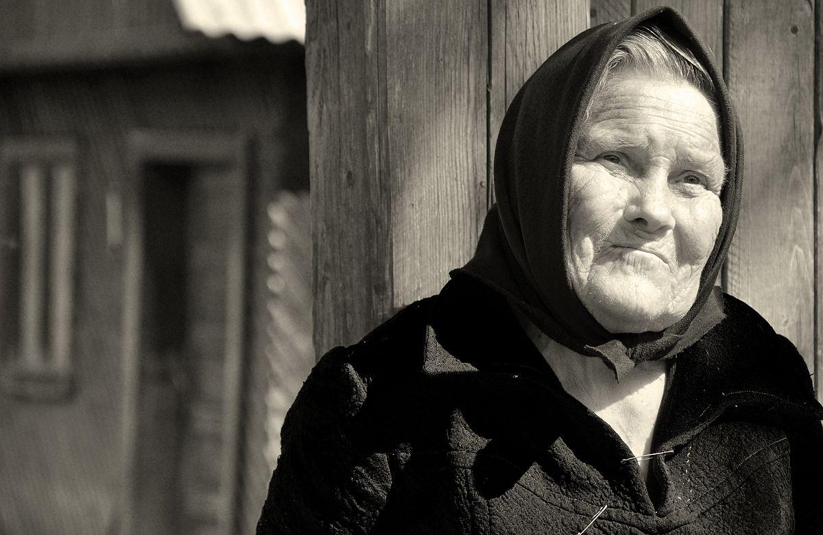 Elderly_woman_in_Transylvania.jpg